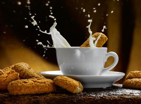 Tasse Milch Standard-Bild - 34682775