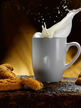 Tasse Milch Standard-Bild - 34683610