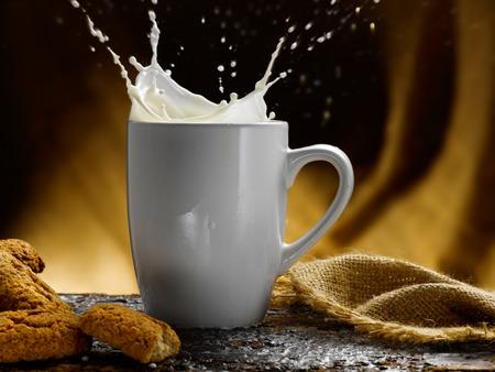 Tasse Milch Standard-Bild - 34683615