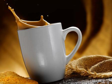 Milch und Kaffee Standard-Bild - 34683628