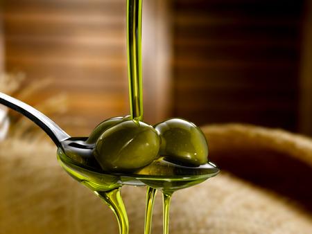 Natives Olivenöl extra Standard-Bild - 70851084