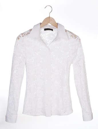 blusa: blusa blanca de encaje en una percha Foto de archivo