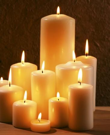 захоронение: Группа горящих свечей на темном фоне Фото со стока
