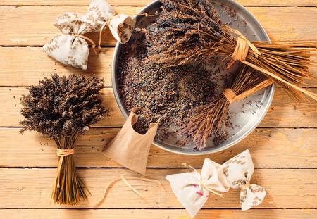 sachets: ramos de flores de lavanda secas y bolsitas de lavanda Foto de archivo