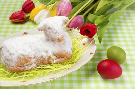 pasen schaap: Lamscake van Pasen en paaseieren Stockfoto