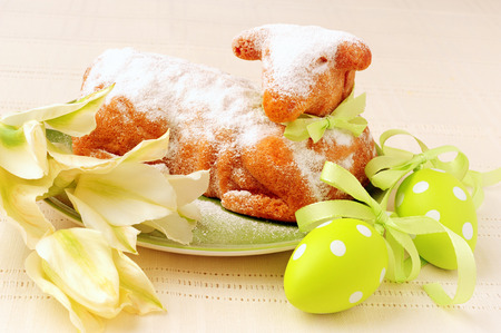 pasen schaap: traditionell Easter lamb cake and tulips Stockfoto