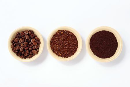 chicchi di caffè, caffè macinato fine e grossolano isolato