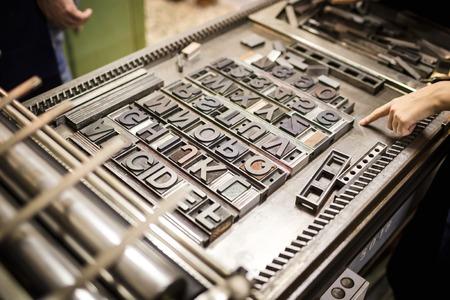 imprenta: Vieja m�quina de impresi�n de tipograf�a con caracteres de letra para la tipograf�a artesano Foto de archivo
