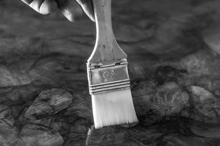 가구 복원. 브러시로 나무 테이블에 기름을 바르는 손. 가로 조성. 스톡 콘텐츠 - 97473706