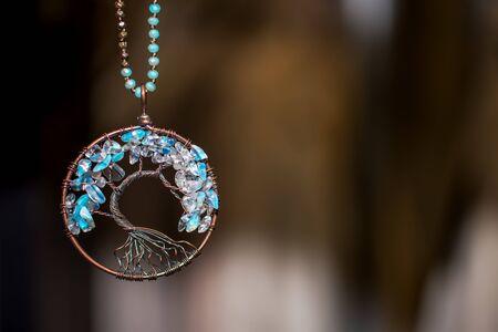Collar Colgante de Cobre con Piedras de Aguamarina. Árbol de la vida sobre fondo oscuro Foto de archivo