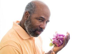拿着紫色玫瑰的非裔美国人的人在白色背景上升了。爱的浪漫概念,情人节或母亲节。与拷贝空间的白色背景