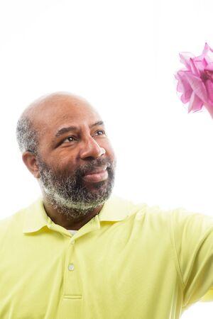 拿着紫色玫瑰的非裔美国人的人在白色背景上升了。浪漫的爱的概念,情人节或母亲节