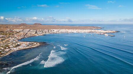 aerial view of waves crashing on the bay of corralejo, fuerteventura 版權商用圖片 - 134792631