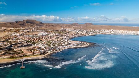 aerial view of waves crashing on the bay of corralejo, fuerteventura 版權商用圖片