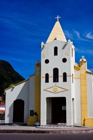 colonisation: bianco chiesa coloniale in Floranopolis Isola, in Brasile, in una giornata di sole con cielo blu in Brasile giornata invernale