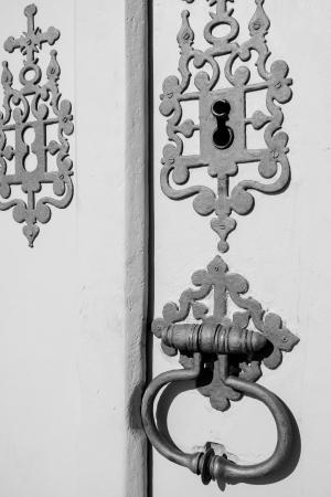 colonisation: Particolare di una vecchia chiesa maniglia di metallo in porta di legno bianco