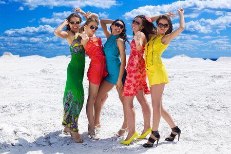Cinq filles sexy cute sur la neige prête pour la partie