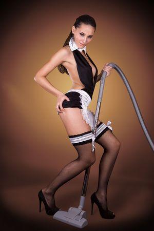 maid: Hermosa mujer vestida con una dama francesa sexy traje aspiradora