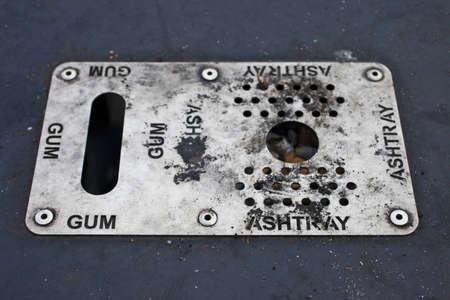 residuos toxicos: Un cenicero sucio y el receptáculo de goma de mascar