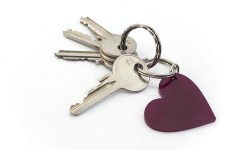 cadenas: Claves con el corazón aislado en blanco Foto de archivo