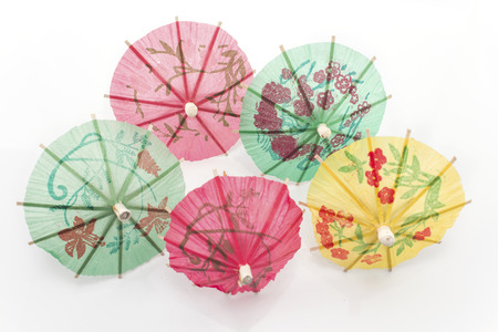 helados con palito: Paraguas de papel para el postre aislados en blanco. Foto de archivo