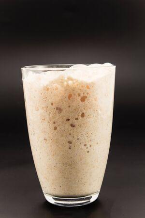 levadura: La levadura fermenta en un vaso.