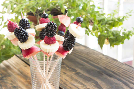 brochetas de frutas: Brochetas de fruta en un vidrio - la fruta merienda. Foto de archivo