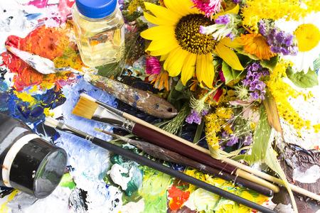 Palette mit Malerei Material und ein Sommerblumensträußen. Standard-Bild - 65744749