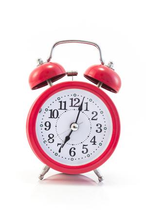 赤い目覚まし時計は、白で隔離。