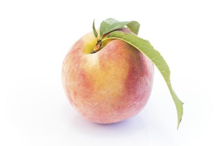 Peach Isolated on White Background. Standard-Bild - 106147771
