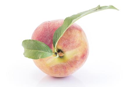 Peach Isolated on White Background. Standard-Bild - 106147772