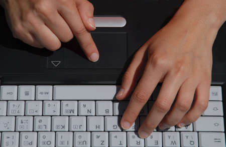 Persona est� escribiendo en la computadora port�til. Foto de archivo - 945494