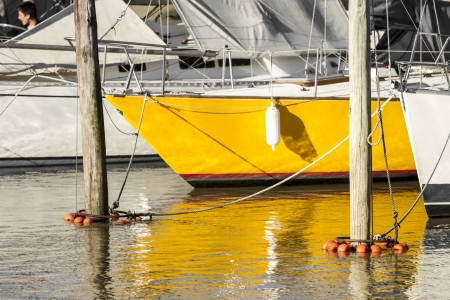 reflexion: Velero amarillo con una bonita reflexi�n Foto de archivo