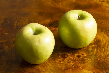 tabel: Green Apple over wooden table
