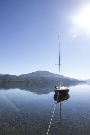 deportes: Sail parked in lake o a sunny day