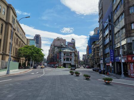The entry to the city behind the old gate in Taipei. Old and modern buildings are close together. 版權商用圖片