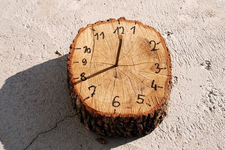 reloj de sol: Domingo a mano de madera de marcaci�n de reloj Foto de archivo
