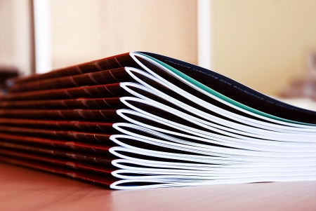 nieuw roze stapel tijdschriften in meer dan een bureau Stockfoto