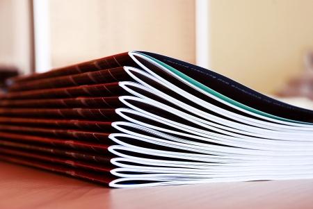 nuove riviste rosa nel palo su scrivania Archivio Fotografico
