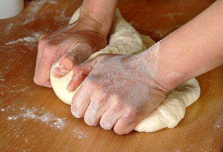 � fond: femme mains p�trir la p�te sur la table en bois