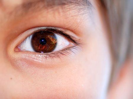 ojo humano marrón cerca Foto de archivo