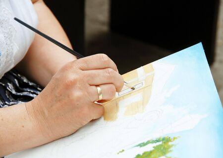 artistas: Mujer artista mano de pintura sobre lienzo imagen Foto de archivo