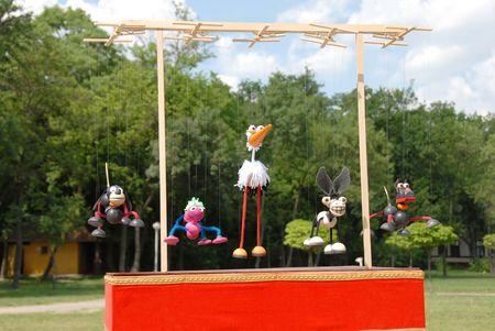 pull toy: marionetas de animales colgando de tablilla de madera al aire libre