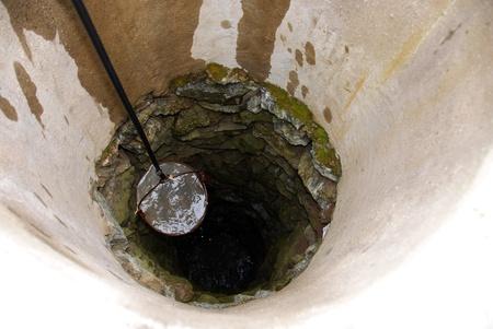 emmer water: te trekken uit de emmer vol met drinkwater van diepe put
