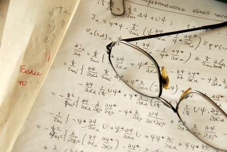 quantum: glazen over natuurkunde formules en berekeningen op papier Stockfoto