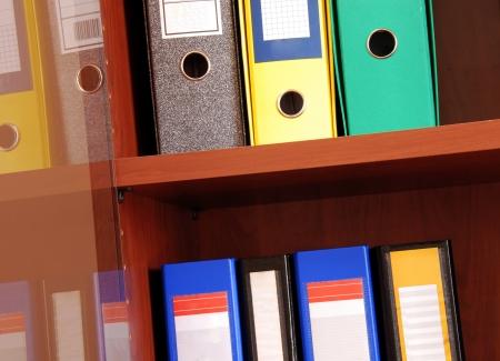 registros contables: grupo de archivos de colores en los estantes de la oficina en casa