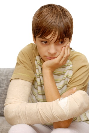 brazo roto: triste adolescente cauc�sico con el hueso del brazo roto