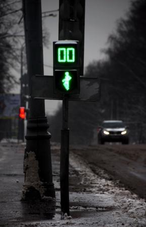 semaforo peatonal: oscuro lúgubre calle mañana de invierno en Moscú con un semáforo y el vehículo