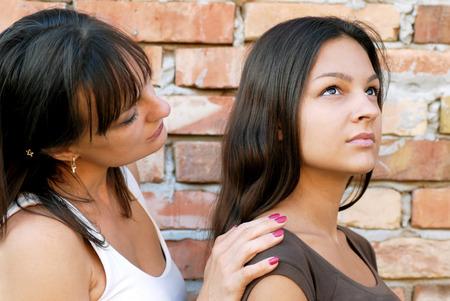 madre e hija adolescente: caucásica madre e hija retrato vista lateral, el apoyo a