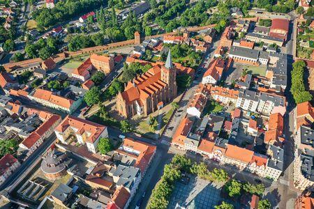 Vista aérea de una iglesia gótica en un pequeño pueblo de Europa Foto de archivo